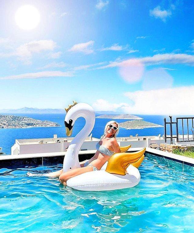6. Merve İpek Öztürk deniz manzaralı havuzunda en tatlı pozuyla karşımızda...