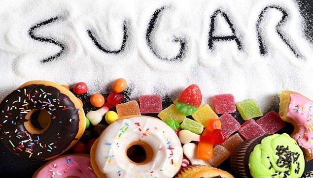 Şeker ihtiyacı hem psikolojik, hem de biyolojik olarak gelişen bir durumdur. Şekerin tükettiğimizde, dopamin adı verilen hormonunun salgılanmasını nedeniyle mutlu hissediyoruz.