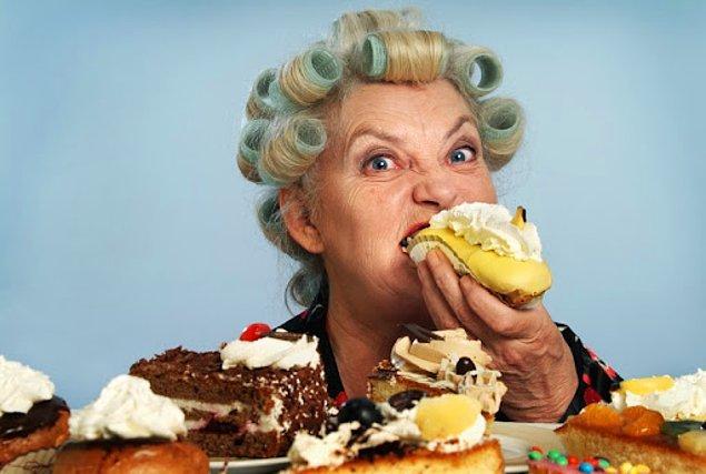 1. Şeker tüketiminin en doğalı olan meyve yeme alışkanlığı edinmeniz gerekiyor. Şeker bağımlılığı durumunda yararlı bir alternatif olacaktır. Tatlı krizlerinizde tarçınlı süt ya da 1 bardak sütün yanında tüketeceğiniz muz ve yeşil elma ile sağlıklı bir şekilde bu krizin üstesinden gelebilirsiniz.