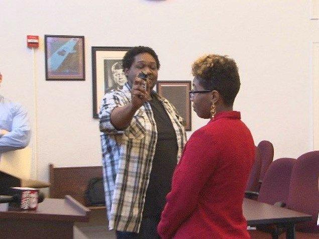 Bir Burger King kasiyerine sebepsiz yere biber spreyi sıkan bu kadın hapse girmemek için yüzüne biber gazı sıkılmasını kabul etti.