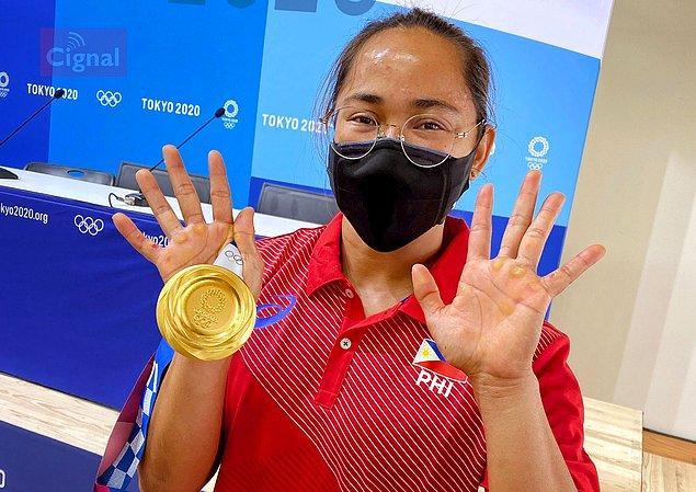 2. Filipinler'in Olimpiyatlar'da halter dalında ilk altın madalyasını kazanan sporcu Hidilyn Diaz'ın elleri: