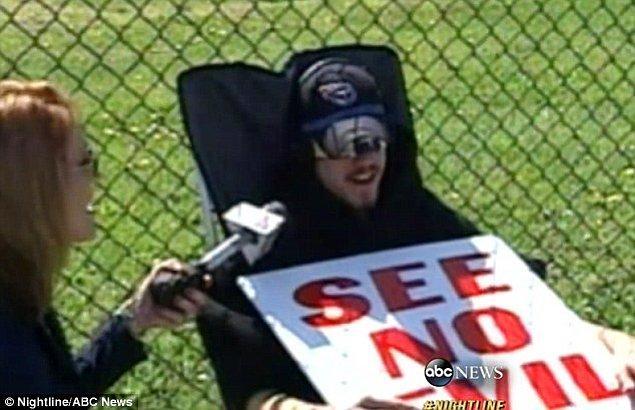 Yetişkinlere yönelik bir dükkandan porno çalan 18 yaşındaki bir adam, mağazanın önünde gözleri bağlı olarak oturmaya mahkum edildi.