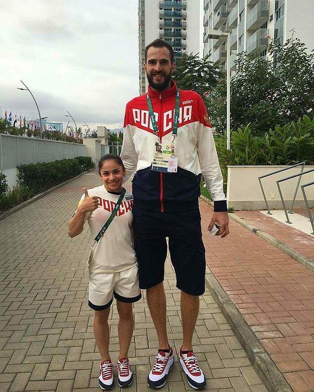 6. Uğraştıkları spor dalına göre aralarındaki boy farkını gösteren Rus voleybolcu Alexander Volkov ve jimnastikçi Seda Tutkhalyan: