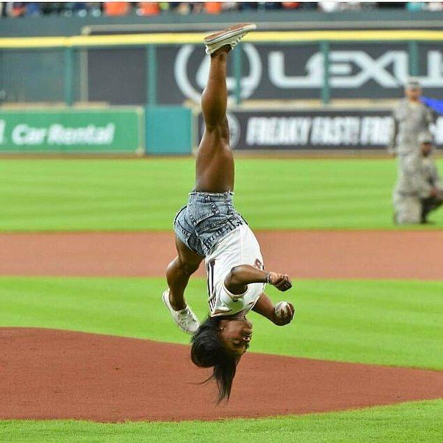 11. Amerika'da bir beyzbol oyunu için ilk atışı yapan jimnastikçi Simone Biles: