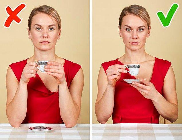 3. Bir elinizle fincanı kulpundan, diğer elinizle fincan tabağından tutmalısınız. Fincanı iki elle tutup tabağı masanın üzerinde bırakmak büyük bir görgü eksikliği olarak kabul edilir.