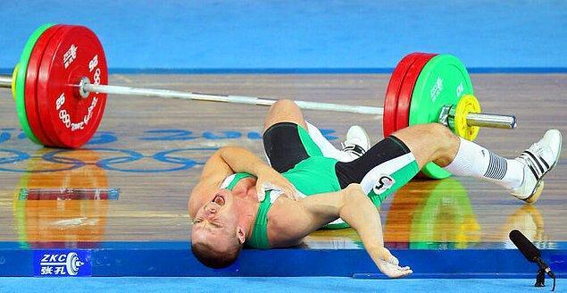 18. 2008 Pekin Olimpiyatları'nda 148 kilogram ağırlık kaldırmaya çalışırken sağ kolunun bağları kopan Macaristanlı halterci Janos Baranyai: