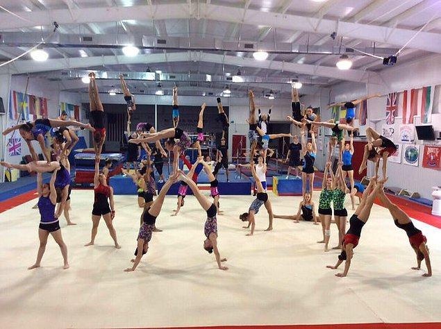 20. Olimpik idman kampında antrenman yapan akrobatik jimnastik takımı: