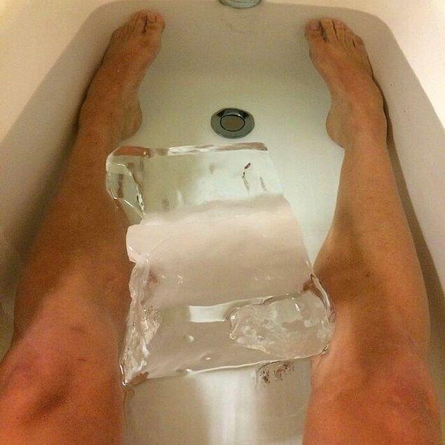25. Bacaklarını dinlendirmek için 14 kiloluk buz küpüyle banyo yapan yüzücü Ryan Lochte: