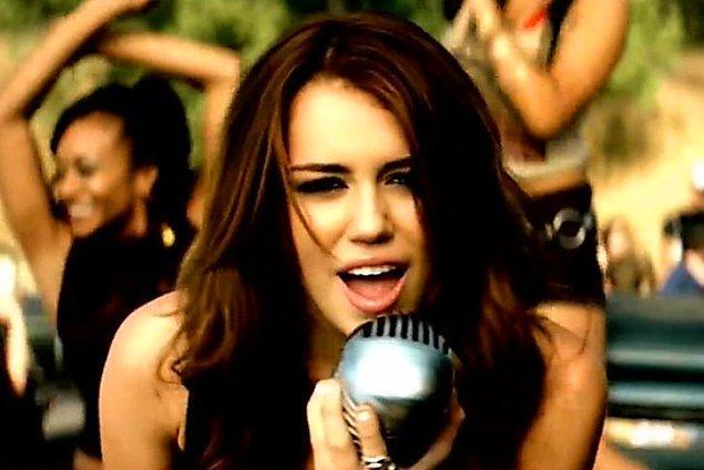 8. Miley Cyrus'ın şarkıcılık kariyerinin ilk büyük hit şarkılarından biri olan 'Party In The U.S.A.' hala dinleniyor.