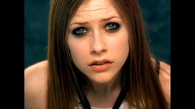 19. Avril Lavigne bazen 'Complicated'ı söylemekten nefret ettiğini ama hayranları için çalmaya devam ettiğini söyledi.
