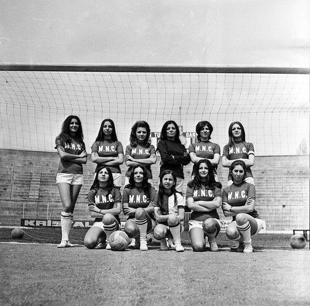 İlk kadın futbol takımı gazetelerin ve halkın büyük ilgisini gördü. Önceki yılların aksine bu kez kadın futbolculara bir destek söz konusuydu. Ancak herkesin destekleyici tavrına rağmen kadın futbolu yine istenilen coşkuya ulaşamadı.