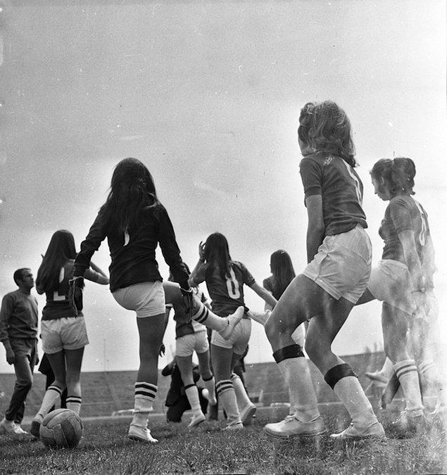 27 Ekim 1984'te Türkiye'nin ilk kadınlar futbol turnuvası yapıldı. Kadınlar ligine öncülük etmek isteyen Dostlukspor, Atılım ve Deryaspor arasındaki turnuva Pendik'te oynandı. Final maçını tam beş bin seyircinin izlediği de bilinen bilgilerden.