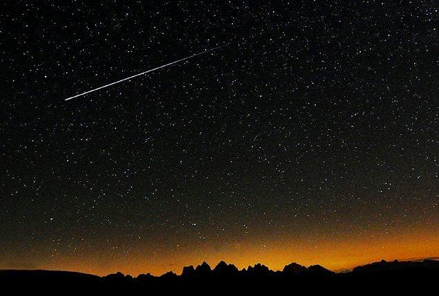 Yer çekimi nedeniyle kuyruklu yıldızların ufak parçaları dünyamıza doğru düşebiliyor ve biz bu duruma çok kısa bir süre de olsa şahit olabiliyoruz.