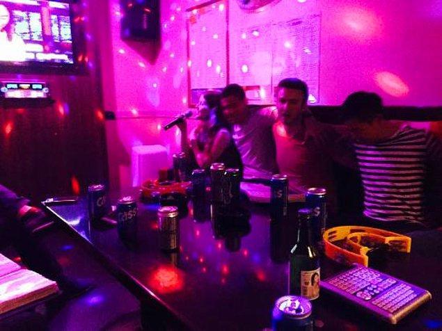 """18. """"7'den 77'ye tüm insanlar gecenin sonunda karaoke yapmaya gidiyorlar. Karaoke odalarında da atıştırmalık yemeye veya alkollü içecekler içmeye devam edebiliyorsunuz."""""""