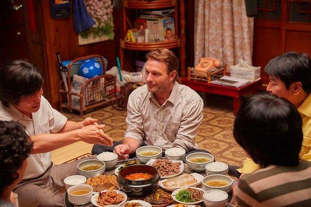 """24. """"Şu sıralar sandalyeler de sık kullanılıyor olsa da Kore'deki geleneksel restoranlarda bağdaş kurup yere oturarak yemek yiyorsunuz. Turistler nedense bunu yaparken epey zorlanıyor..."""""""