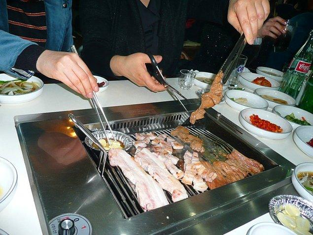 """13. """"Korelilerin et de dahil olmak üzere bütün yiyecekleri makasla kesmelerine çok şaşırmıştım."""""""