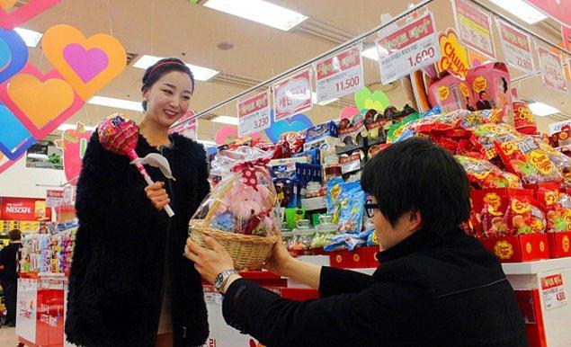"""6. """"Kore'de sevgililer gününde genellikler kadınlar erkeklere hediye alıyor. 'Beyaz gün' ismini verdikleri farklı bir özel günde ise erkekler kadınlara hediyeler ve özellikle çikolata veriyorlar!"""""""