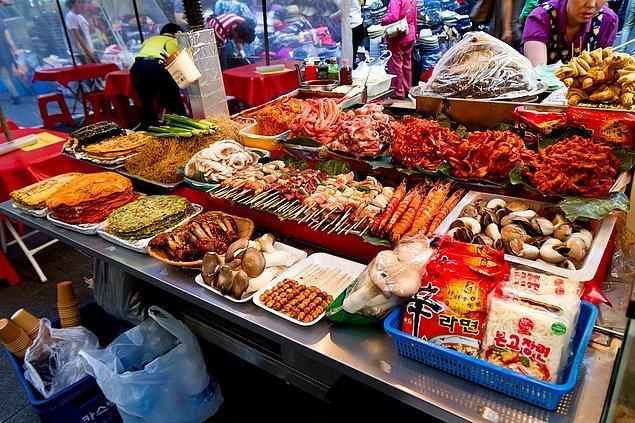"""2. """"Kore sokaklarında satılan yemeklerin çeşitliliğini gördüğümde ağzım beş karış açık kalmıştı."""""""