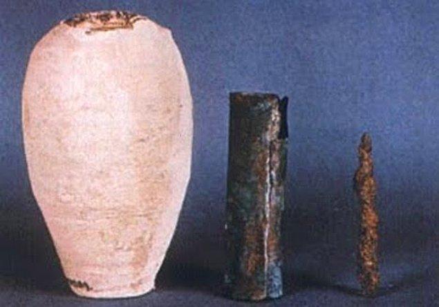 19. Antik Yunanistan'da bir pil bulundu. Uzmanlar hala kullanımı hakkında sıkı bir tartışma içindeler. Bazıları, eşyaları altınla kaplamak için kullanıldığını düşünüyor.