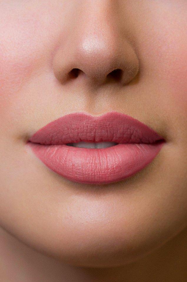 6. Pürüzsüz dudaklar için kaliteli bir ruj tercih etmelisiniz.