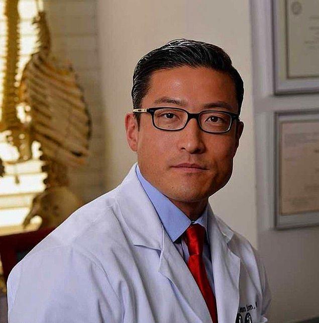 Sizleri Han Jo Kim ile tanıştıralım. Kendisi 41 yaşında ve New York'un önde gelen hastanelerinden birinde çalışan bir omurga cerrahı.