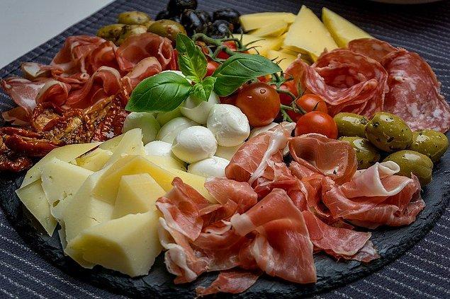 """8. """"İtalya'da yemekleri çok net şekilde kategorilere ayırırız. Ana yemeği beklerken 'antipasto' isimli çeşitli peynirler ve salamdan oluşan atıştırmalık tabağını yeriz."""""""