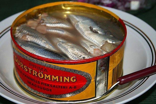 """13. """"İsveç'te konservelerde satılan fermente edilmiş ringa balığını çok yiyoruz. Dünyanın muhtemelen en kötü kokan yemeği olabilir, hatta bazı ülkelerde tüketimi yasaklanmış!"""""""