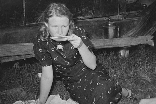 """15. """"İskandinav ülkelerinde insanlar eskiden kahveyi çabuk soğutmak için fincan tabağından içiyormuş. Günümüzde de yaşlı insanların fincan tabağından kahve ya da çay içmesi oldukça normal karşılanıyor."""""""