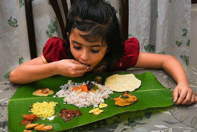 """17. """"Dünyada sadece Hindistan'da görülen eski bir gelenek tabak yerine yaprak kullanmak olabilir! Aslında hem hijyenik, hem ekonomik hem de doğaya faydalı bir alışkanlık."""""""