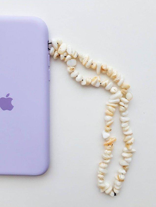 4. 2021 yılının en trend aksesuarları arasında yer alan telefon charmları, doğal taş seçenekleri ile göz kamaştırıyor. 🤩