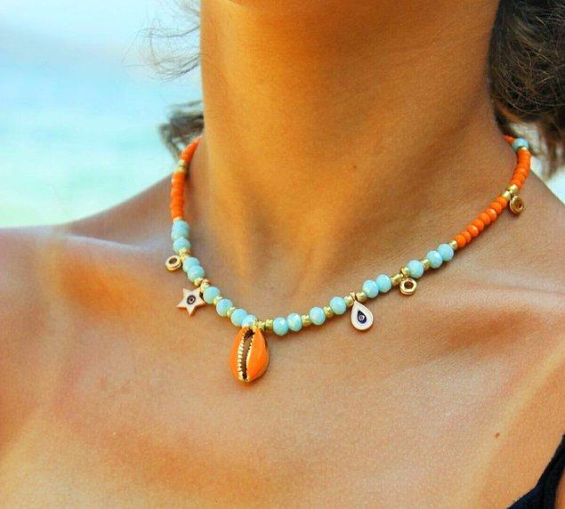 6. Yaz ayları gelince renklenmeyi sevenler, bu deniz kabuğu kolye modeline bayılacak! 😍