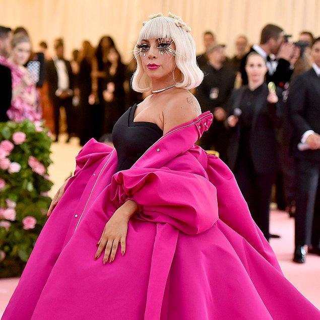 16. Hayaletlerin ve ruhların varlığına inanan  Lady Gaga, 50.000 dolar ödeyerek özel bir hayalet dedektörü satın aldı. Bu cihaz sayesinde geceleri rahatça uyuyabildiğini söyledi.