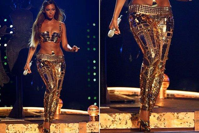 17. Dünyanın en ünlü sanatçılarından olan Beyonce yalnızca sanatıyla değil, yaşam tarzıyla da sürekli gündemde. Ünlü Rapçi Jay-Z ile birlikte oldukça yüklü bir servete sahip olan Beyonce, şovlarında kalçasını daha iyi gösterecek 350 bin liralık bir altın tayt giymişti.