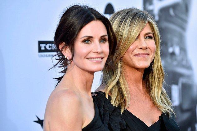 20. Jennifer Aniston, Courteney Cox'a bisiklete binmek istediğini söylediğinde Courteney, arkadaşına 12.000 dolarlık Chanel bisiklet hediye etti.
