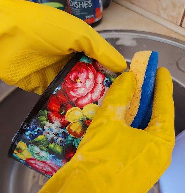 12. Plastik kapları ovarak sertçe temizlemek.