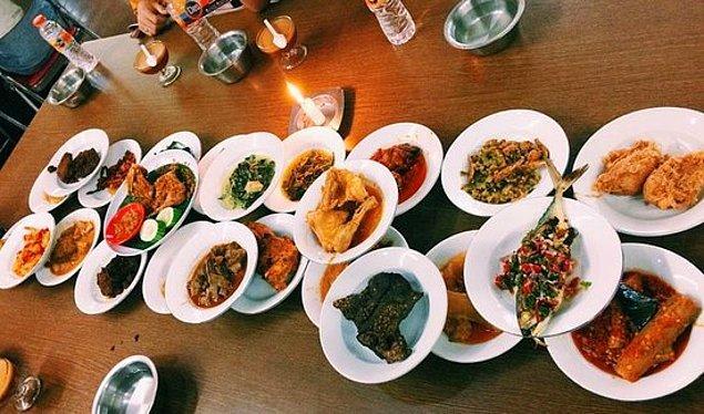 """12. """"Endonezya'da 'padang' olarak bilinen restoranlarda siz hiçbir şey sipariş etmezsiniz. Önünüze bir sürü tabak dizilir ve sadece yediklerinizin ücretini ödersiniz."""""""