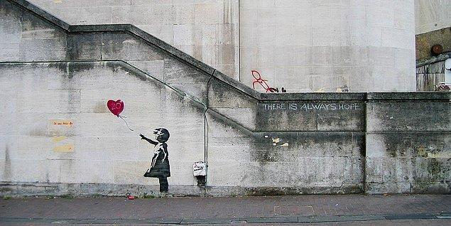 İlk eserini 2002 yılında Fransa'daki Thames nehri kenarında ikonikleşmiş 'kırmızı balonlu kız' eserini yapan Banksy, sokak sanatındaki şöhretine böyle kavuştu.