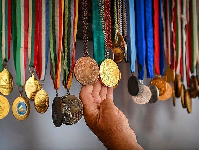 ABD'de yaşayan bir sporcuysanız ve altın madalyanız varsa hükûmet size yaklaşık 320 bin TL ödüyor. Gümüş madalya kazandıysanız yaklaşık 200 bin TL, bronz madalya kazandıysanız da yaklaşık 130 bin TL alabilirsiniz.
