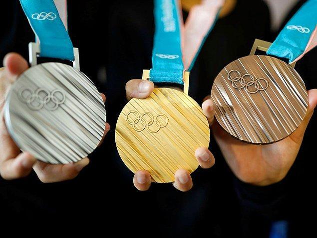 Macaristan'da ise altın madalya sahibi bir sporcu yaklaşık 1,5 milyon TL kazanıyor. Gümüş madalyaya yaklaşık 1 milyon TL, bronz madalyaya ise yaklaşık 800 bin TL veriliyor.