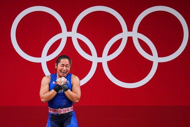 Hong Konglu bir sporcuysanız bir servete kondunuz demektir. Çünkü altın madalya sahibi bir sporcuya yaklaşık 5,5 milyon TL veriliyor. Gümüş madalya alan bir sporcuya yaklaşık 2,7 milyon TL, bronz madalya alan bir sporcuya ise yaklaşık 1,5 milyon TL veriliyor.