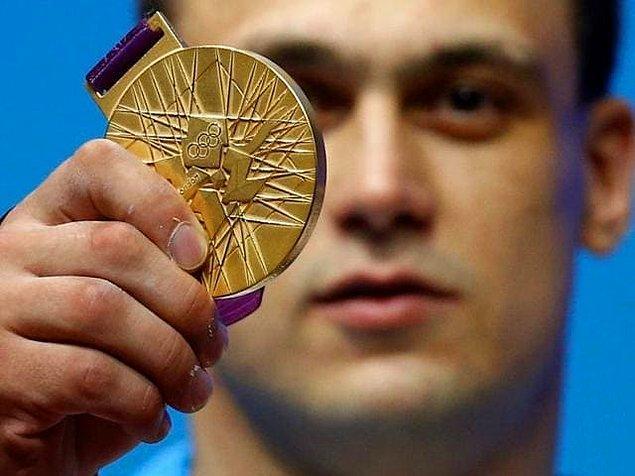 Kazakistanlı bir sporcu eğer Olimpiyatlar'da altın madalya kazandıysa hükûmet tarafından kendisine yaklaşık 2.2 milyon TL ödeniyor. Gümüş madalyada yaklaşık 1,3 milyon TL, bronz madalyada ise yaklaşık 650 bin TL veriliyor.