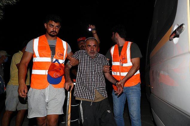 AFAD gönüllülerinden Oğuzhan Yürük ise kriz masasının yönlendirmesiyle Manavgat'ın 40 kilometre yukarısındaki Ahmetler Mahallesi'nde çalışmalara başladıklarını belirtti. Yürük, mahallenin yüzden 90'nın tahliye edildiğini kaydetti.