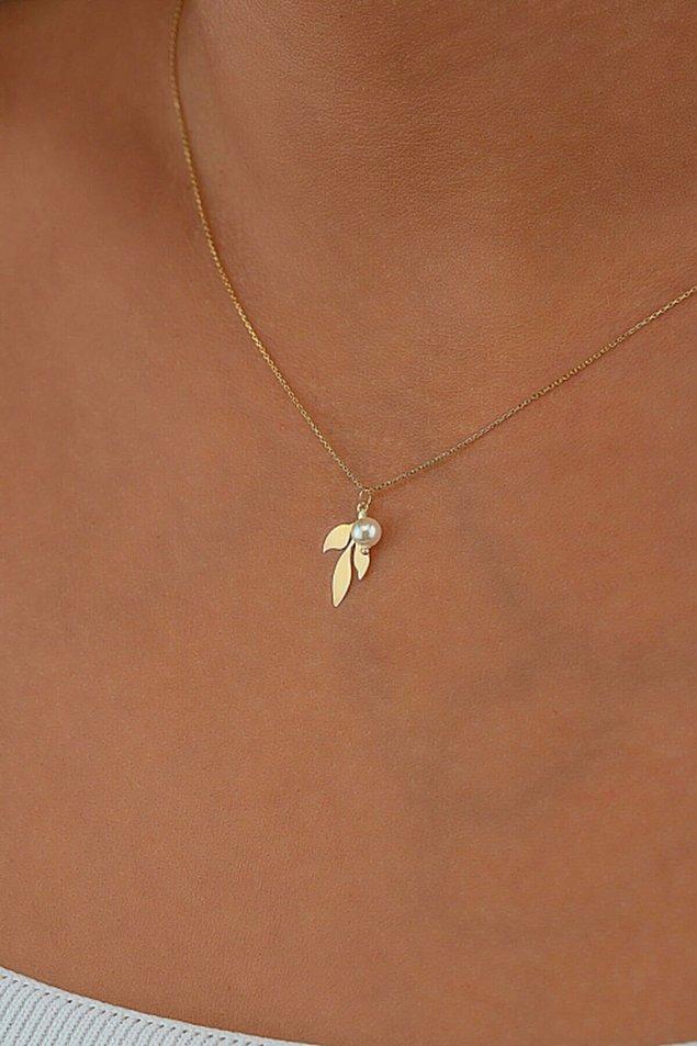 11. İnci detaylı mücevherleri sevenlerin çok hoşuna gidecek zeytin dalı bu kolye oldukça zarif.