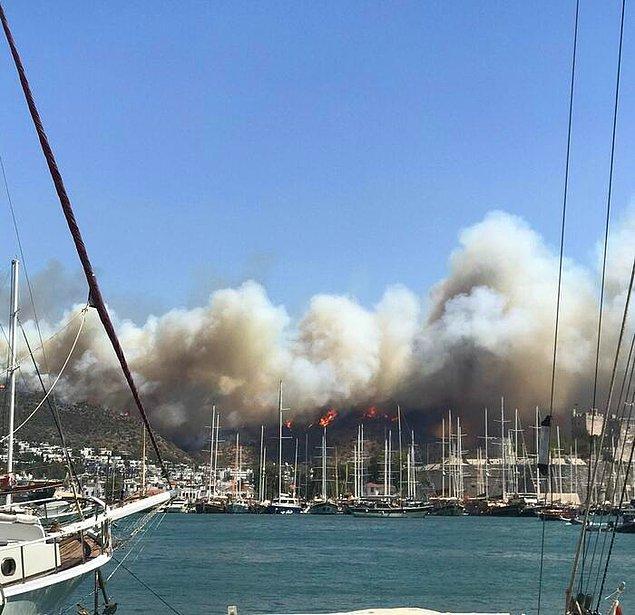Yangına 1 helikopter, 20'den fazla arazöz ve yangın söndürme ekipleri tarafından müdahale ediliyor.