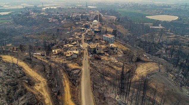 Manavgat'ta 42 mahallenin etkilendiği yangında 27 mahalle tahliye edildi.