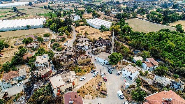 Manavgat'ta ormanlık alandaki yangın ise ilçedeki Çardak ve Kaçarlar mahallelerindeki yerleşim alanlarını tehdit etmeye başladı.