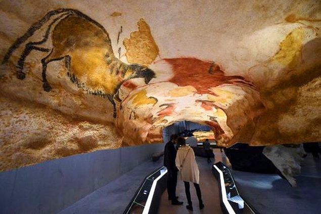 17.000-15.000 yıllık duvar resimlerinin bulunduğu mağara yaklaşık olarak 250 metre uzunlukta ve her bölgede farklı bir tema ve hayvan var.