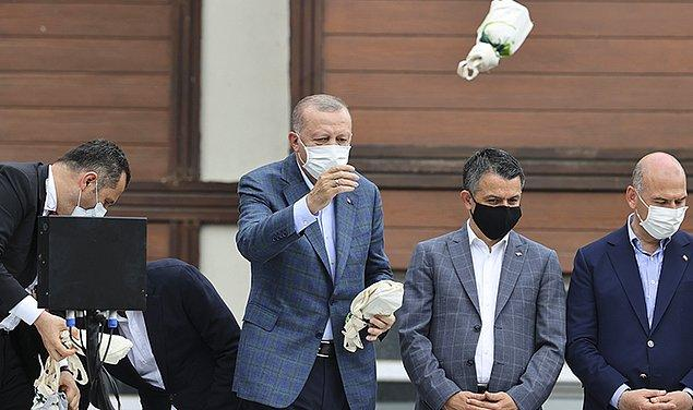 Önce sel felaketinden etkilenen Rize'de halka çay fırlattı. Felaketzede halka çay fırlatmak zaten tuhaftı. Tuhaf olan bir başka nokta da Rize'nin zaten ülkenin çay deposu olmasıydı.