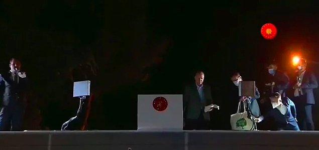 Cumhurbaşkanı Recep Tayyip Erdoğan, son zamanlarda gittiği afet bölgelerinde vatandaşlara çay dağıtıyor.