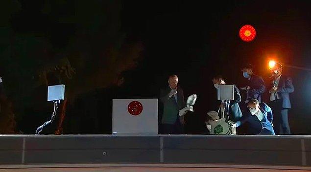Dün ise Marmaris'te yangını incelemeye giden Cumhurbaşkanı yine halka çay dağıttı.